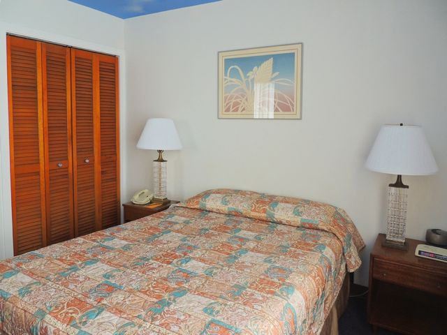 Waikiki_Holiday Surf Hotel_One Bedroom Queen 03