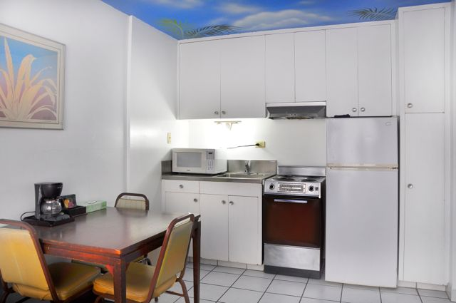 Waikiki_Holiday Surf Hotel_One Bedroom Quad 03