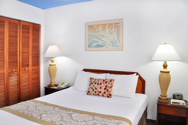 Waikiki_Holiday Surf Hotel_One Bedroom Quad 05